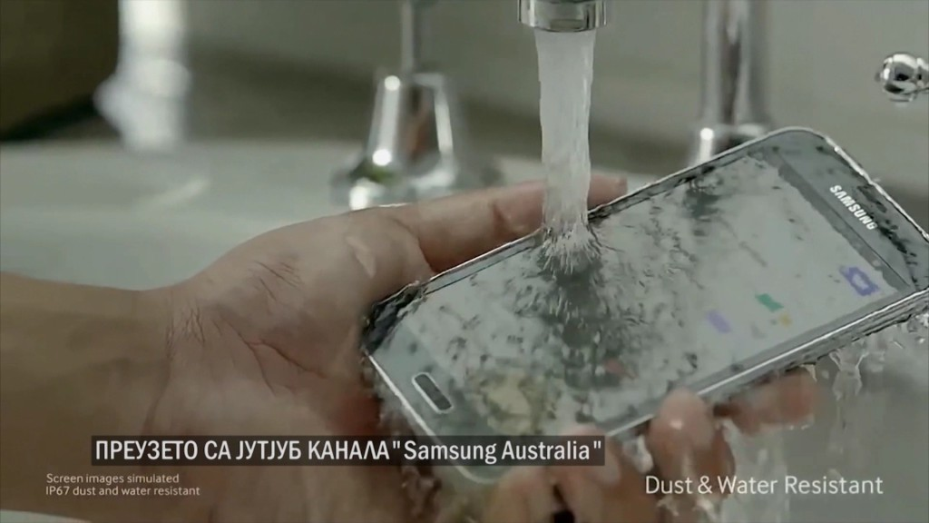 Samsung reklamira vodootpornost Galaxy S5 telefona tako što ga u reklami stavlja pod mlaz vode
