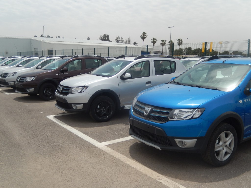 Dacia Sandero automobili na parkingu